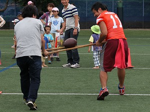 DEERS大運動会対決競技「アメフトボール運び」(選手と協力♪)